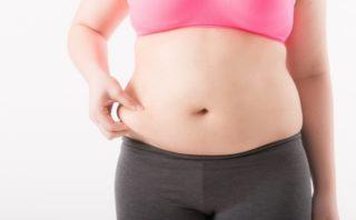 お腹の脂肪を気にする女性